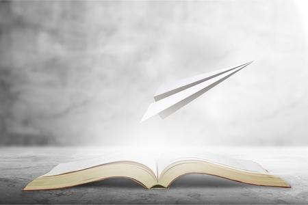 páginas de concepto de libro surrealista volando fuera de