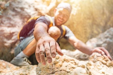Abenteurer helfen sich gegenseitig beim Klettern