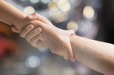 Dos manos ayudando a otro Foto de archivo