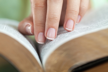 Close photo of man thumbing through the Bible. Macro. Banque d'images - 119382199