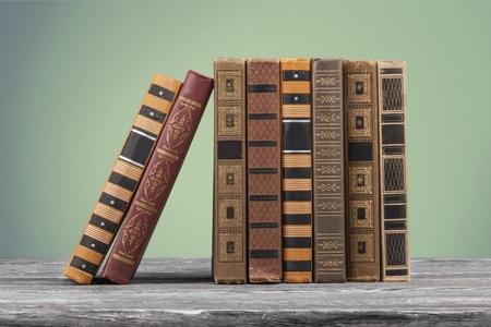 Old books on the wooden desk Foto de archivo - 108334629