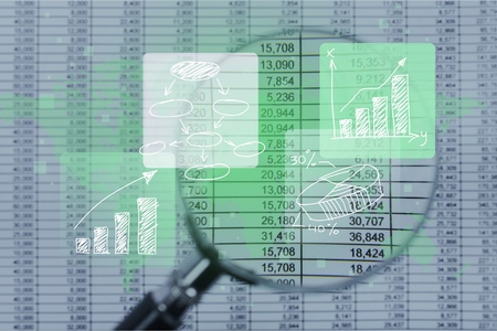 Hoja de cálculo de cuentas bancarias contables con calculadora y lupa. Concepto de investigación, auditoría y análisis de fraudes financieros.