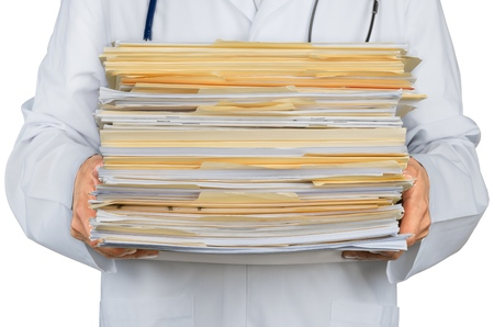 Gros plan d'un médecin avec pile de documents / fichiers
