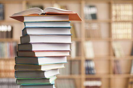 Apilamiento de libros. Libro abierto, libros de tapa dura