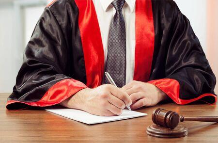Sędzia młotkowy z bliska z pracującym prawnikiem