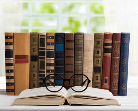 old books on the background of a wooden Foto de archivo - 108665850