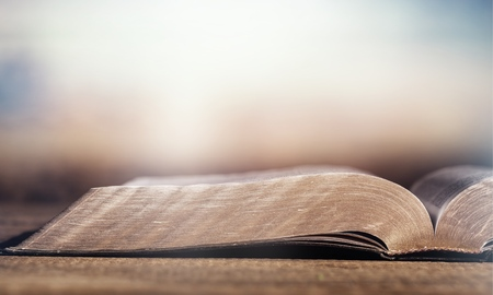 Otwórz księgę Pisma Świętego na tle