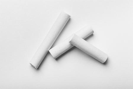 Tre gessetti bianchi su sfondo bianco