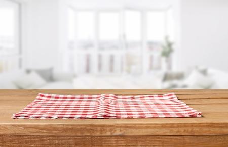 Tovagliolo di stoffa rosso su fondo in legno