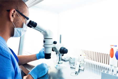 Investigador hombre llevando a cabo laboratorio de investigación científica Foto de archivo