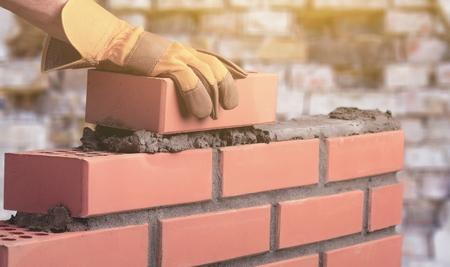 Arbeiter baut eine Mauer im Haus