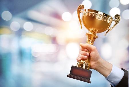 Trofeo de campeón de oro para el fondo ganador. Concepto de éxito y logro. Tema del premio deporte y copa. Foto de archivo