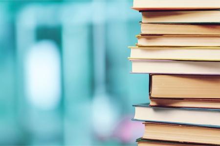 Pila de libros coloridos sobre fondo borroso