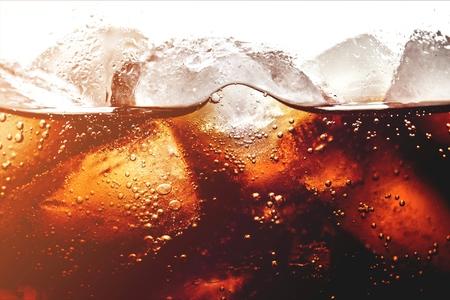 Cubitos de hielo en bebida cola, cerrar Foto de archivo