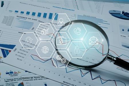 Tabellenkalkulation Bankkonten mit Taschenrechner und Lupe. Konzept für die Untersuchung, Prüfung und Analyse von Finanzbetrug. Standard-Bild