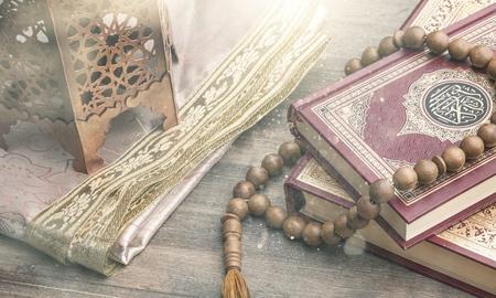 ramadhan对象。圣洁古兰经和木质颧骨