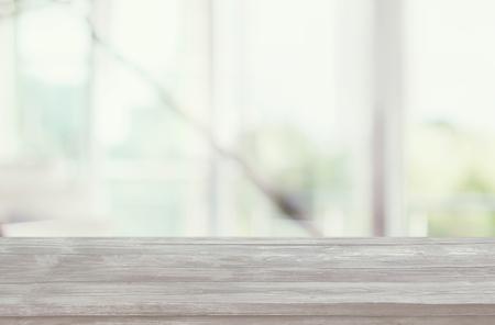 Tablero vacío de madera delante del fondo borroso de la ventana con cortinas