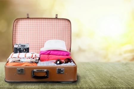 Koffer mit Kleidung und anderem Reiseaccessoire