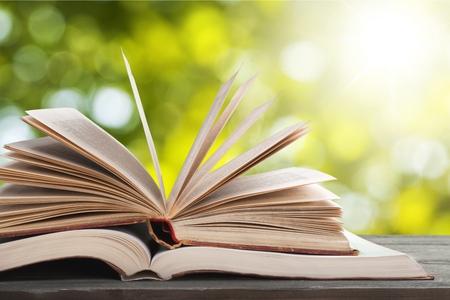 Viejos libros abiertos sobre fondo