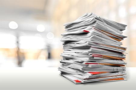 Dateiordner mit Dokumenten auf weißer Tabelle Standard-Bild