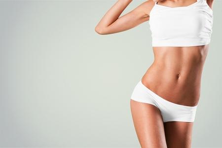 Giovane donna bionda magra in lingerie bianca