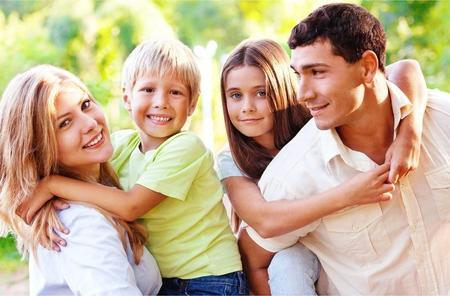 Hermosa familia encantadora sonriente en el fondo