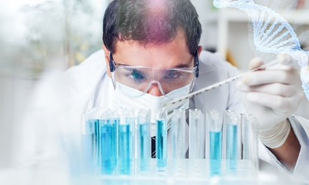 Homme scientifique travaillant au laboratoire