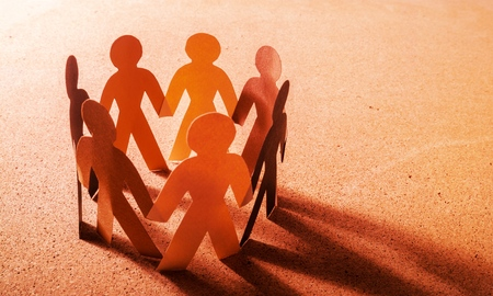 Persone di carta in cerchio che si tengono per mano
