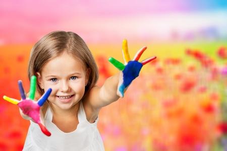 Petite fille mignonne avec les mains peintes colorées sur le fond blanc Banque d'images