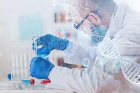Hombre investigador que lleva a cabo el laboratorio de investigación científica farmacéutica biomédica química genética biotecnología