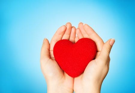 Liebesform-Übungsball auf weiblicher Frau Standard-Bild