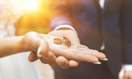 Giving of wedding ring Stockfoto