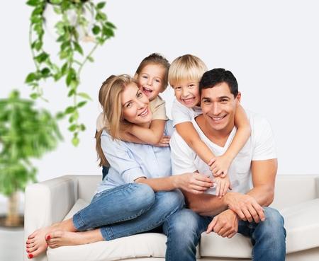 Bella famiglia sorridente sullo sfondo