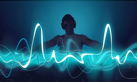 Retrato de joven DJ confidente con auriculares