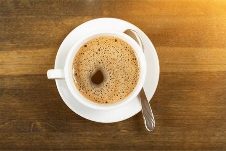 Koffiekopje op houten achtergrond