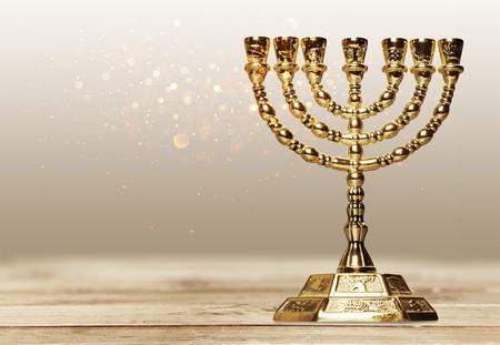 Goldene religiöse Menora lokalisiert auf Weiß