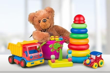Collezione di giocattoli su scrivania in legno