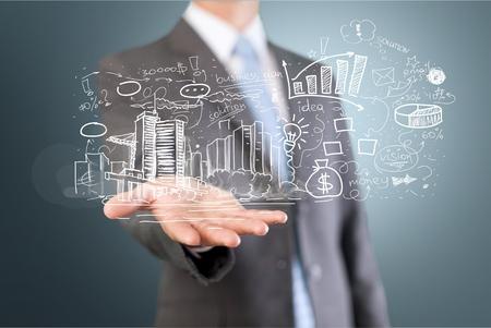 Geschäftsmann und Analytics-Symbole im Hintergrund