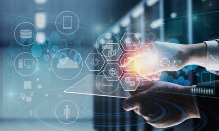 Ingeniero Técnico Industrial Gerente de robótica de trabajo y control con software de sistema de monitoreo y conexión de red de industria de iconos en tableta IA, Inteligencia Artificial, Brazo de robot de automatización.