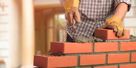 Metselwerk bouwen metselaar bouw klusjesman laagtroffel Stockfoto