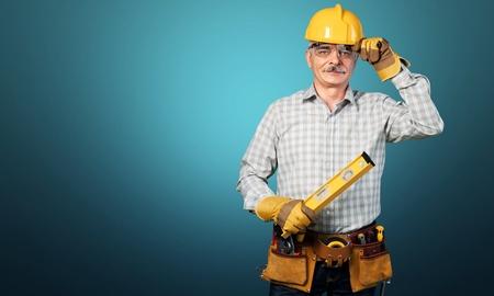 Männlicher Arbeiter mit Werkzeuggürtel isoliert auf Standard-Bild