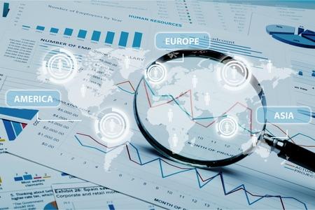 Tabellenkalkulation Bankkonten mit Taschenrechner und Lupe. Konzept für die Untersuchung, Prüfung und Analyse von Finanzbetrug.