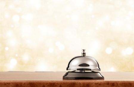 Servicio de recepción del hotel vintage campana de escritorio.