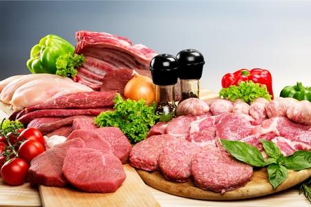 Frischer roher Fleischhintergrund mit Gemüse