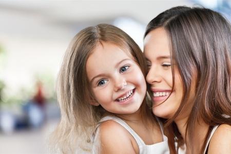 Moeder en baby zoenen en knuffelen bij Stockfoto