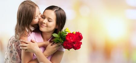 Heureuse mère et fille étreignant
