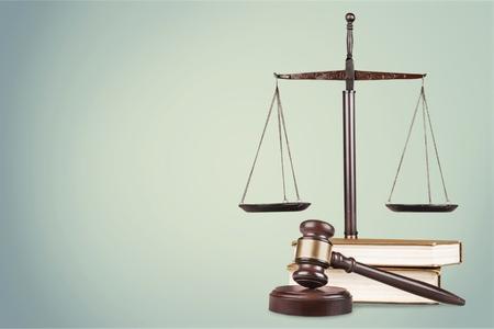 Justitie Schalen en boeken en houten hamer
