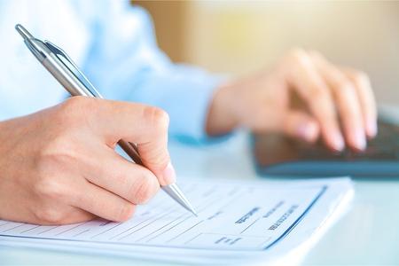 Jeune homme écrit au collège ou à l'université