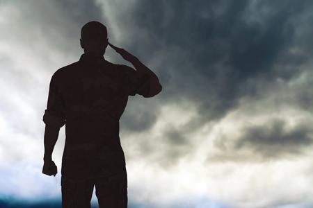 Silueta de hombre joven soldado militar sobre fondo Foto de archivo