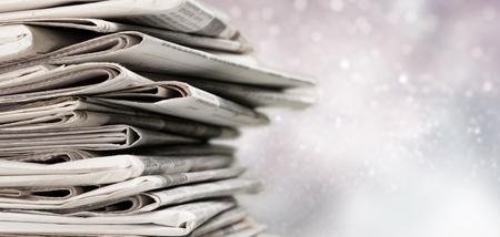 Pila di giornali stampati sullo sfondo